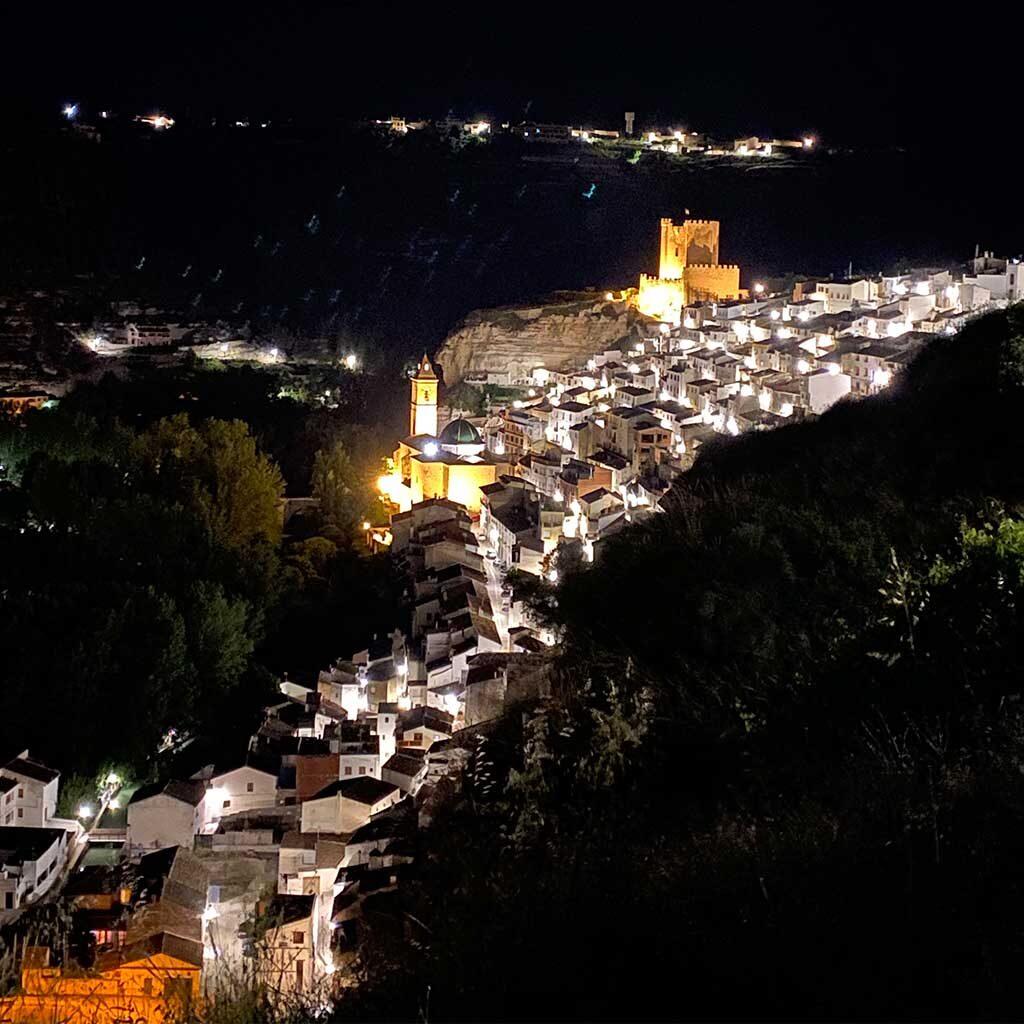 Alcalá-del-Júcar-iluminado